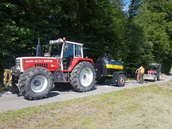 Traktor mit dem Teerfass